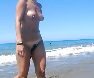 Bikini girl flashing on the Matira