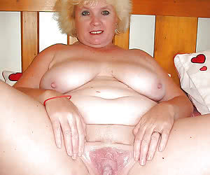 Fat mature blonde showing her gaping pussyhole