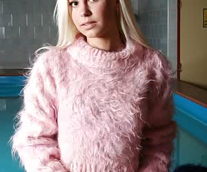Sexy Lola taking off her pink jersey and exposing her clean shaved pussy