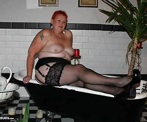 I was really lucky to get to shoot some fabulous pics in the super sexy bath. BBW, black stockings and cfm's - wow.